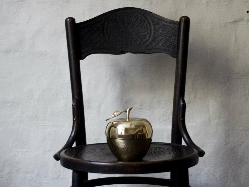 Massing apple på stol 1200x797
