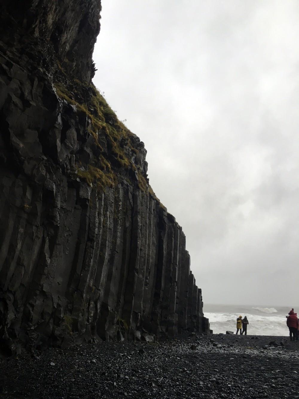 blacksandbeach-cliffs