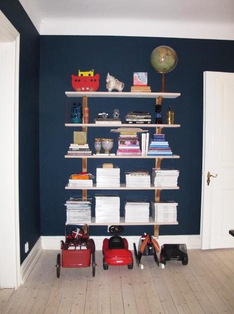 bookshelf+toys